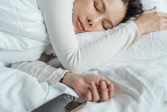 3-powody-dla-ktorych-spanie-ze-smartfonem-to-zly-pomysl